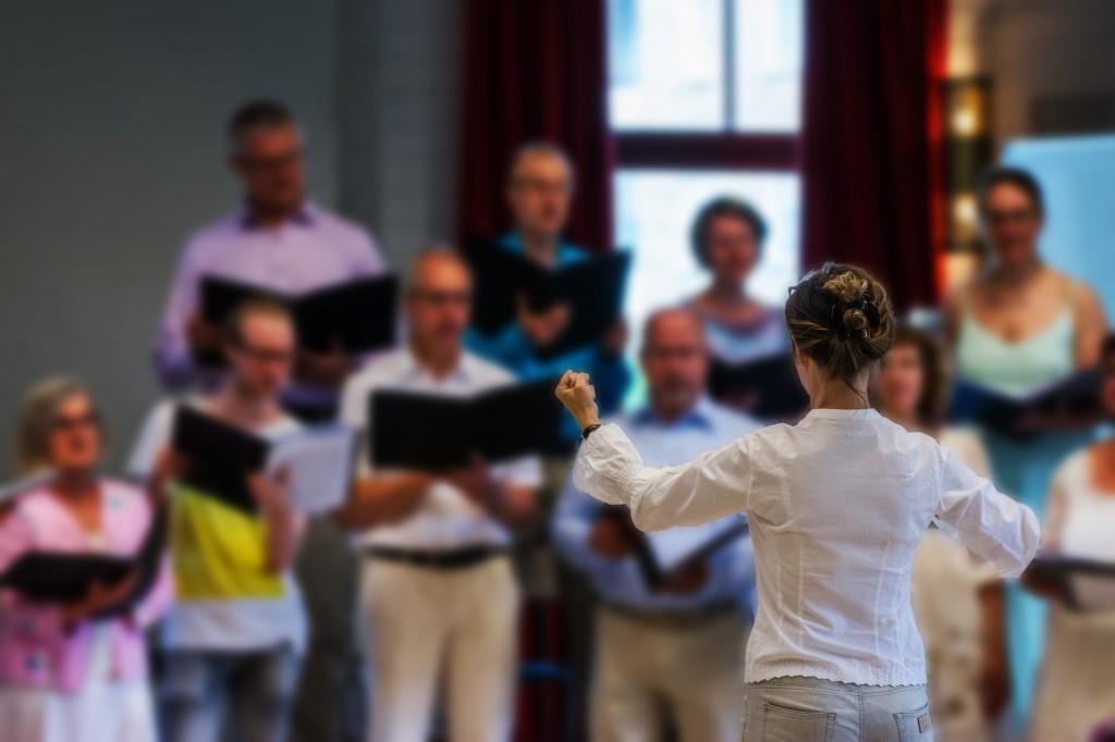 Vår dirigent Katarina Reineck i full fart med att dirigera kören